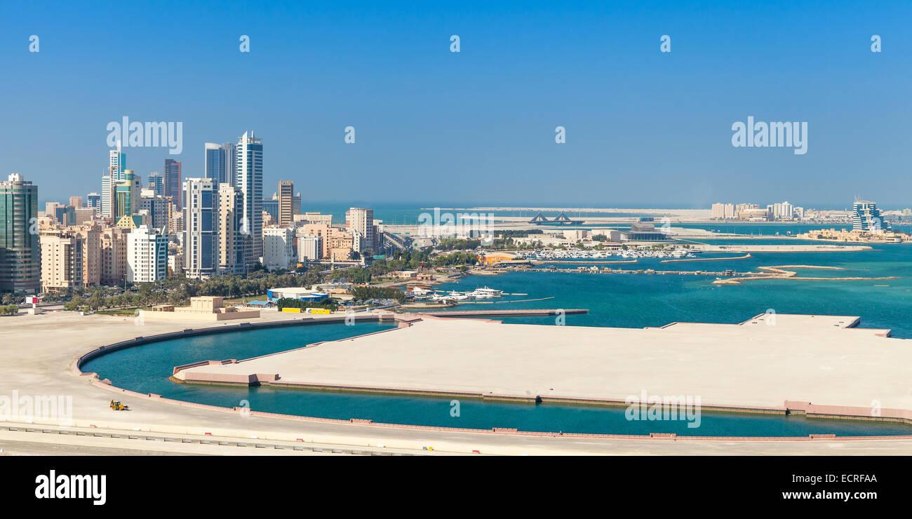 Vista de pájaro del panorama de la ciudad de Manama, Bahrein. Skyline con modernos rascacielos en la costa Imagen De Stock