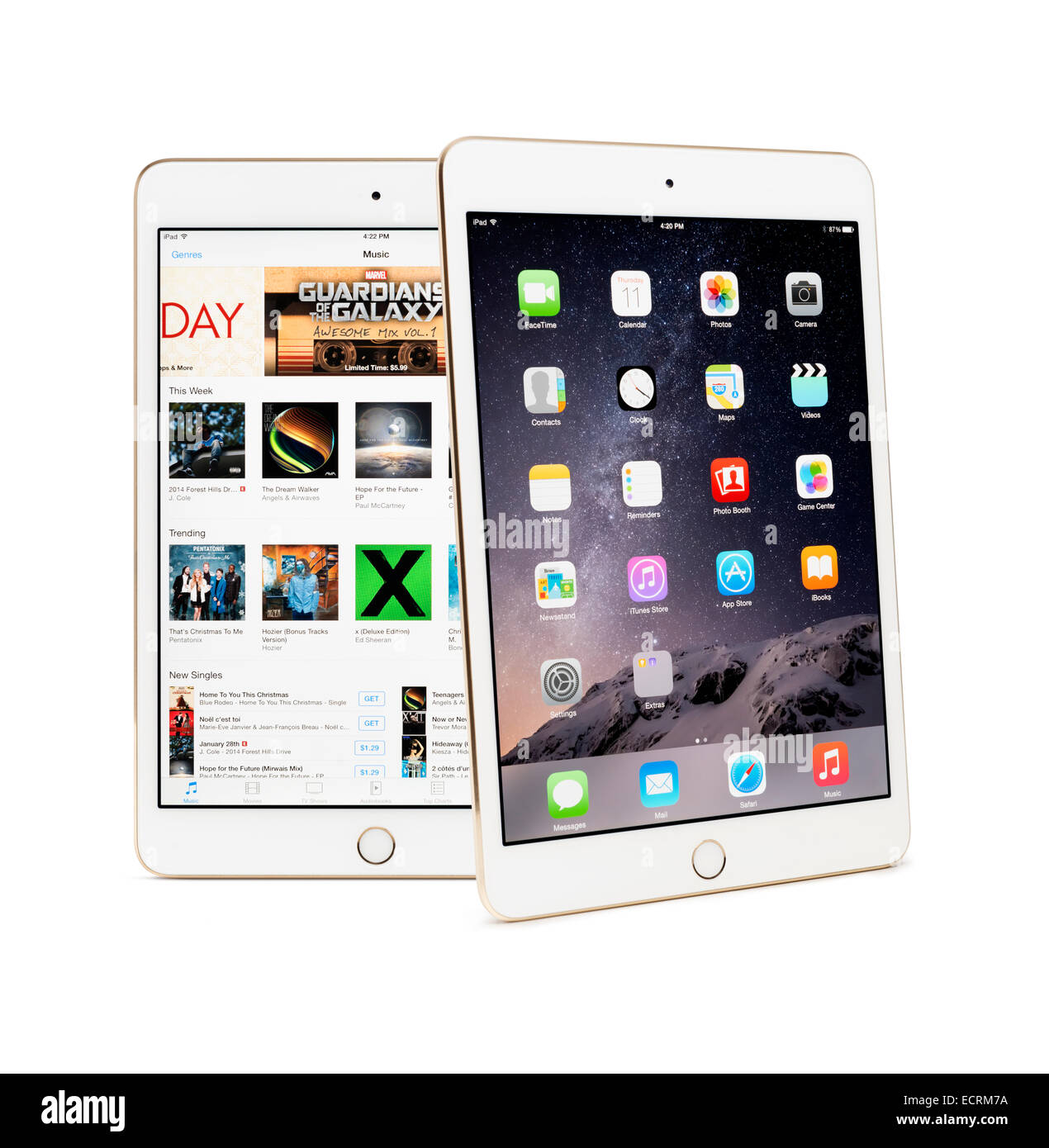 Dos Apple iPad Mini 3 tabletas con escritorio y iTunes Store en sus pantallas aislado sobre fondo blanco. Imagen De Stock