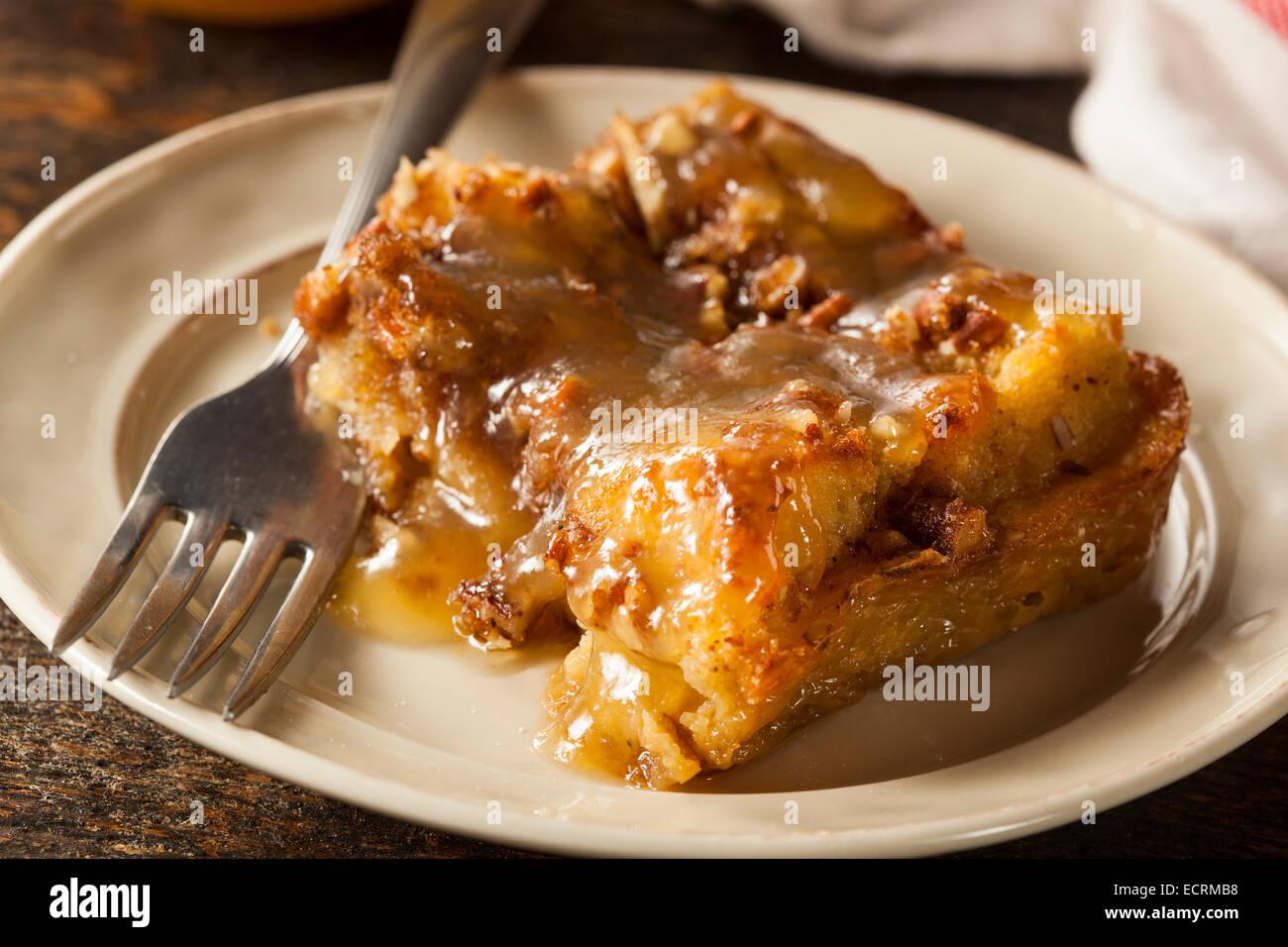 Budín de pan casero dulce postre con salsa de brandy Imagen De Stock