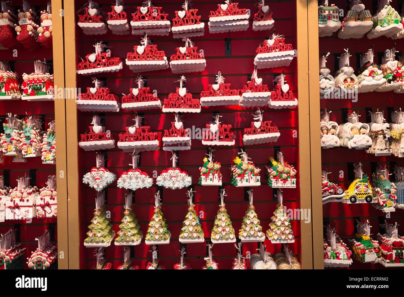 Llaveros y x-más recuerdos en una tienda de souvenirs en el Bryant Park, Manhattan, Ciudad de Nueva York, Nueva Imagen De Stock