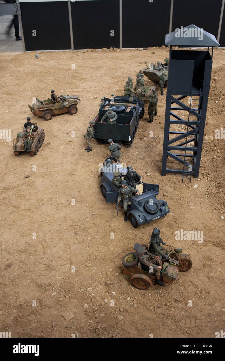 Los modelos de plástico ejército automóviles en 32 Internacionales Barcelona Comic Con - exposición Imagen De Stock