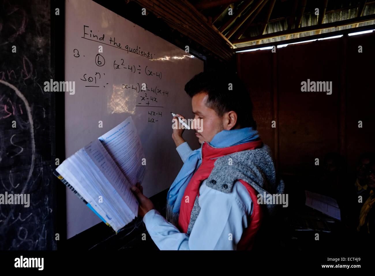 Un maestro que enseña matemáticas en la escuela primaria Samata Shiksha Niketan que cuesta sólo 100 rupias nepalíes Foto de stock
