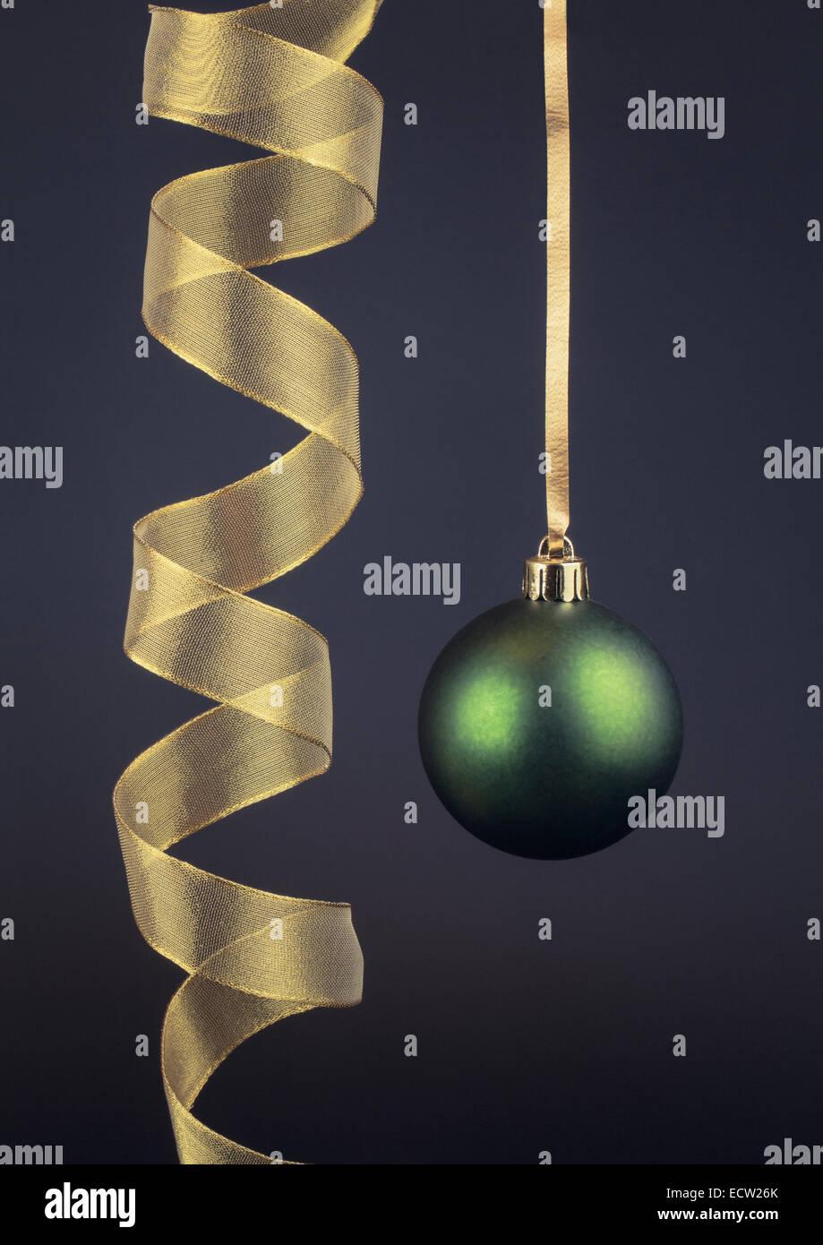 Adornos de Navidad único y Gold Ribbon Imagen De Stock