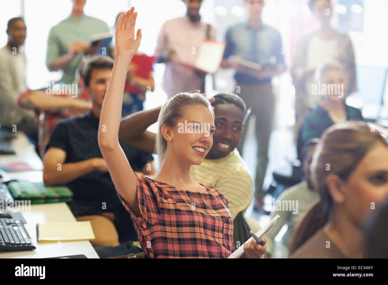 Estudiante universitario levantando la mano al seminario de TI Imagen De Stock