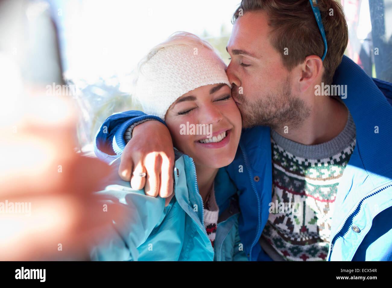 Par de besos al aire libre Imagen De Stock