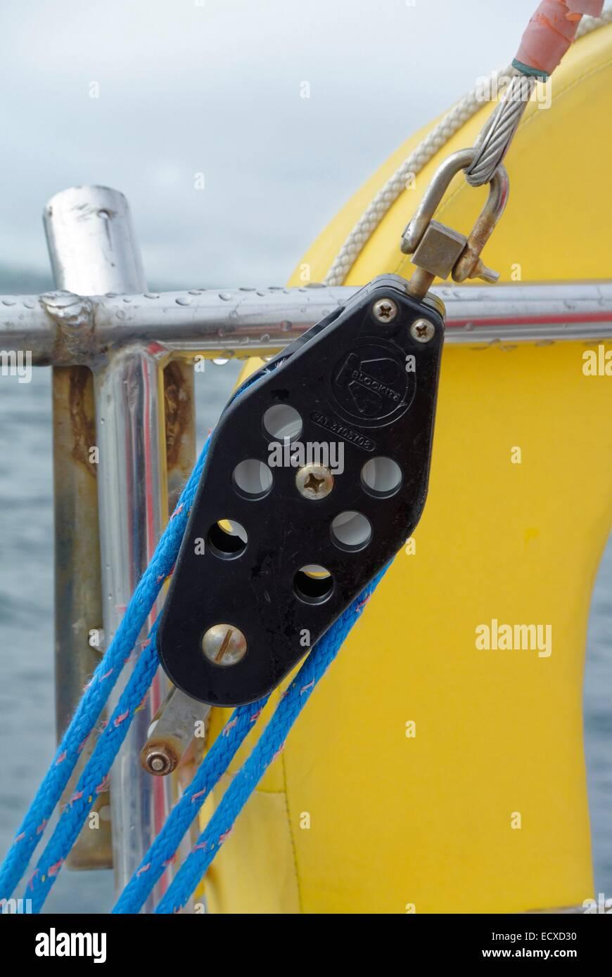 Bloack y abordar como parte de la jarcia permanente en un bote de vela 1970 Imagen De Stock