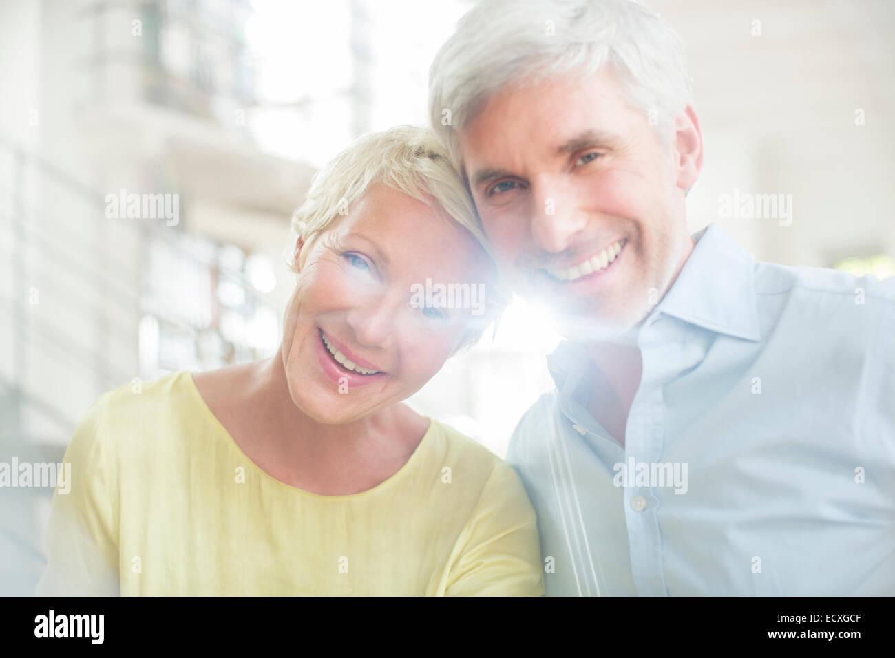 Pareja de ancianos sonrientes Foto de stock