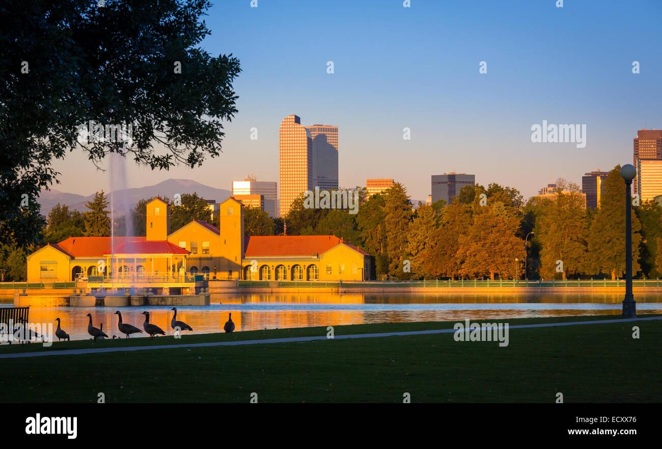 Denver es la ciudad más grande y capital del estado de Colorado. Se ve aquí desde el parque de la ciudad. Foto de stock
