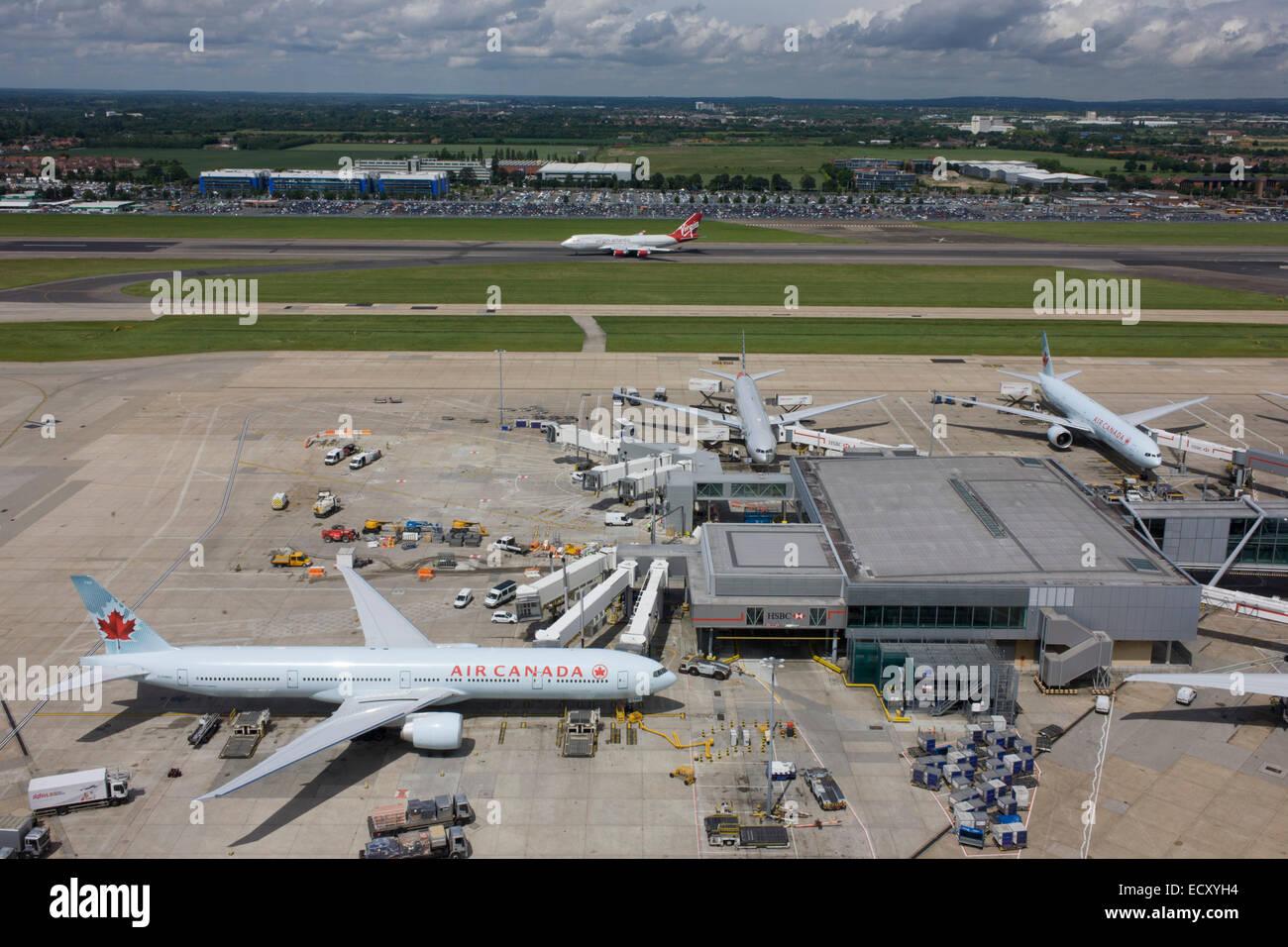 Vista aérea (mirando hacia el norte desde la torre de control del aeropuerto) mostrando la extensión de tierra con aviones de pasajeros del aeropuerto de Heathrow en Londres. Foto de stock