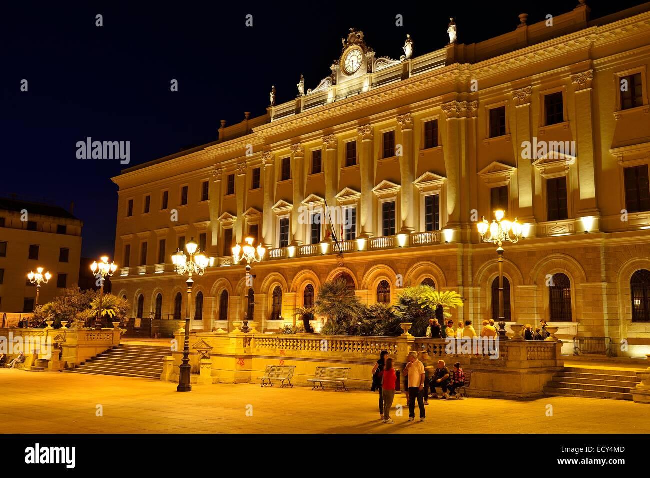 El Palazzo della Provincia en Piazza d'Italia en la noche, Sassari, provincia de Sassari, Cerdeña, Italia Imagen De Stock