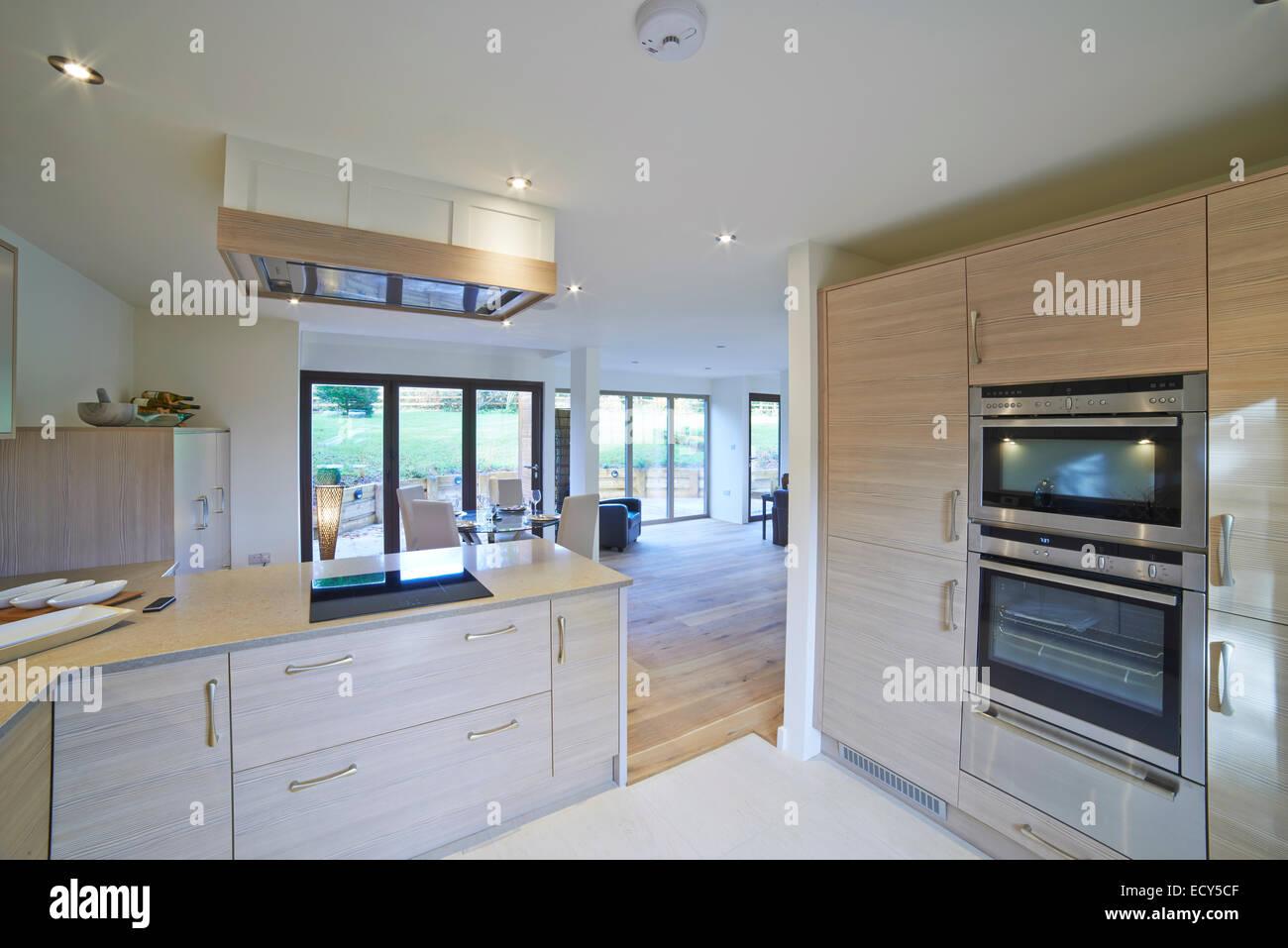 Vista interior del hermoso comedor y cocina de lujo Imagen De Stock