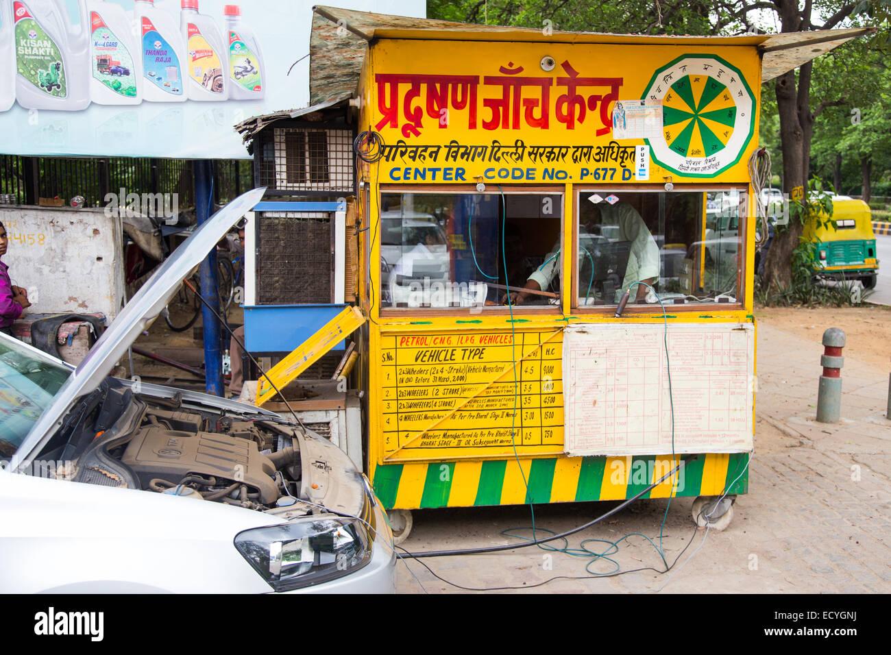 Las pruebas de emisiones en Delhi, India Imagen De Stock