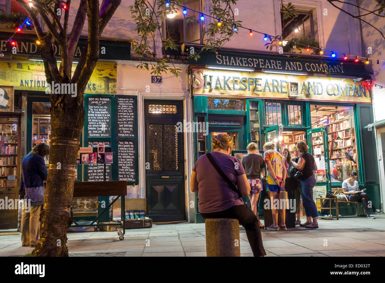 París. Los jóvenes la lectura, navegación, compras en la famosa librería Shakespeare and Company Imagen De Stock