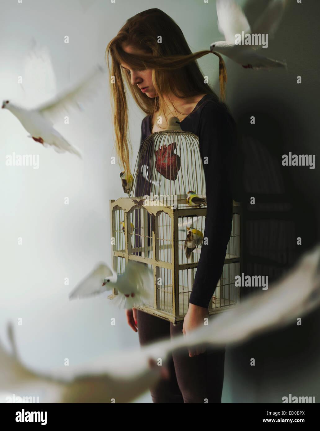 Mujer con forma de jaula y las palomas Imagen De Stock