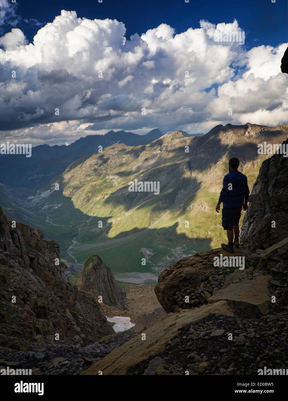 España, Aragan, provincia de Huesca, Bielsa, Paisaje con hombre que mira a ver en los Pirineos Imagen De Stock