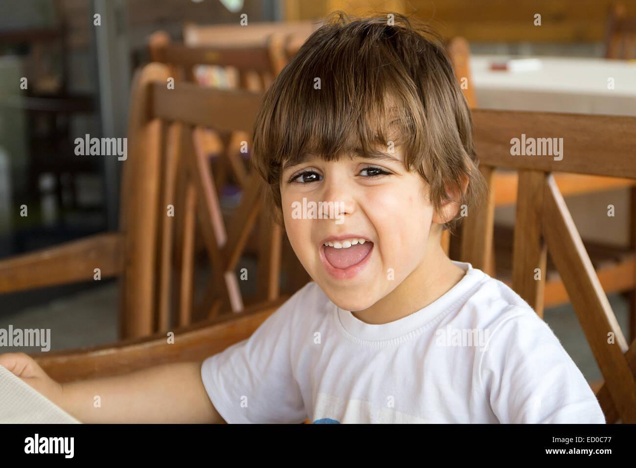 Angry boy (2-3) haciendo una cara Foto de stock
