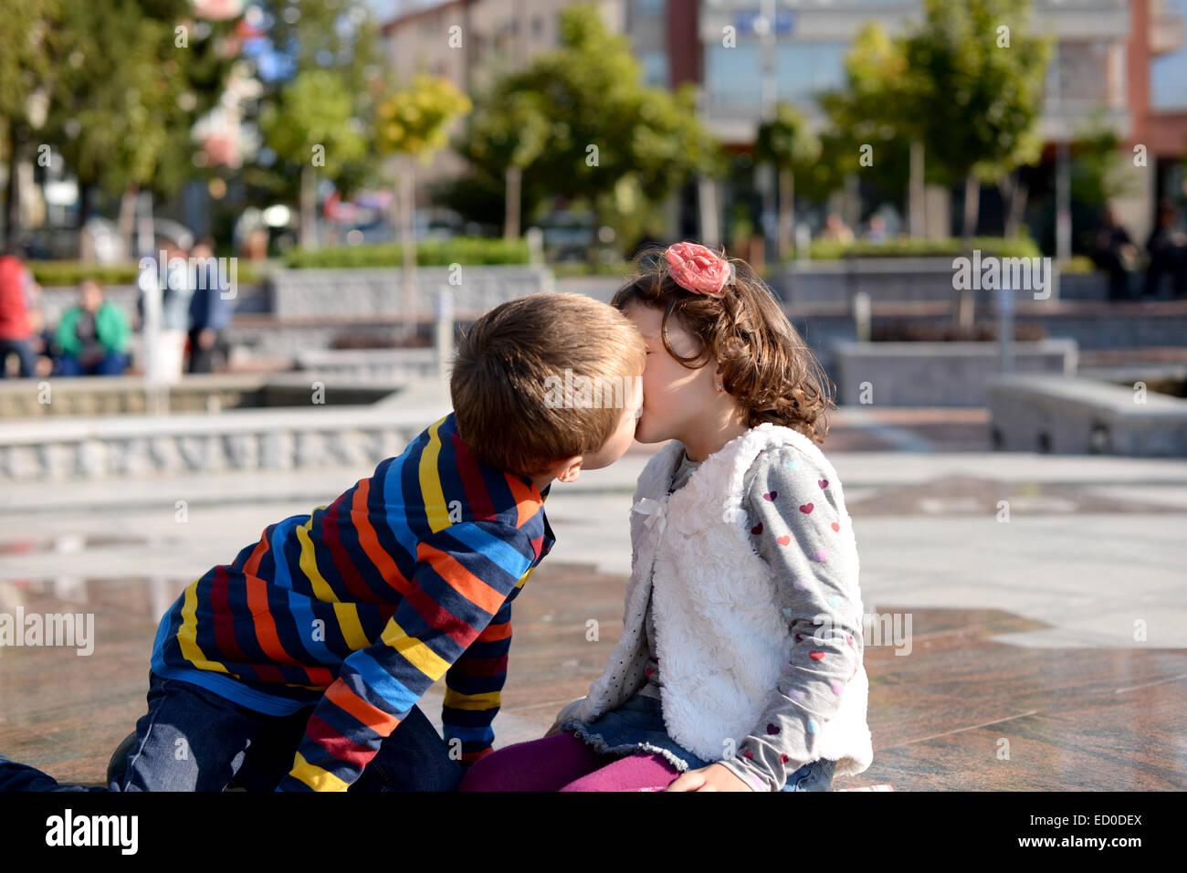Little Boy (6-7) y (4-5) chica besos Imagen De Stock