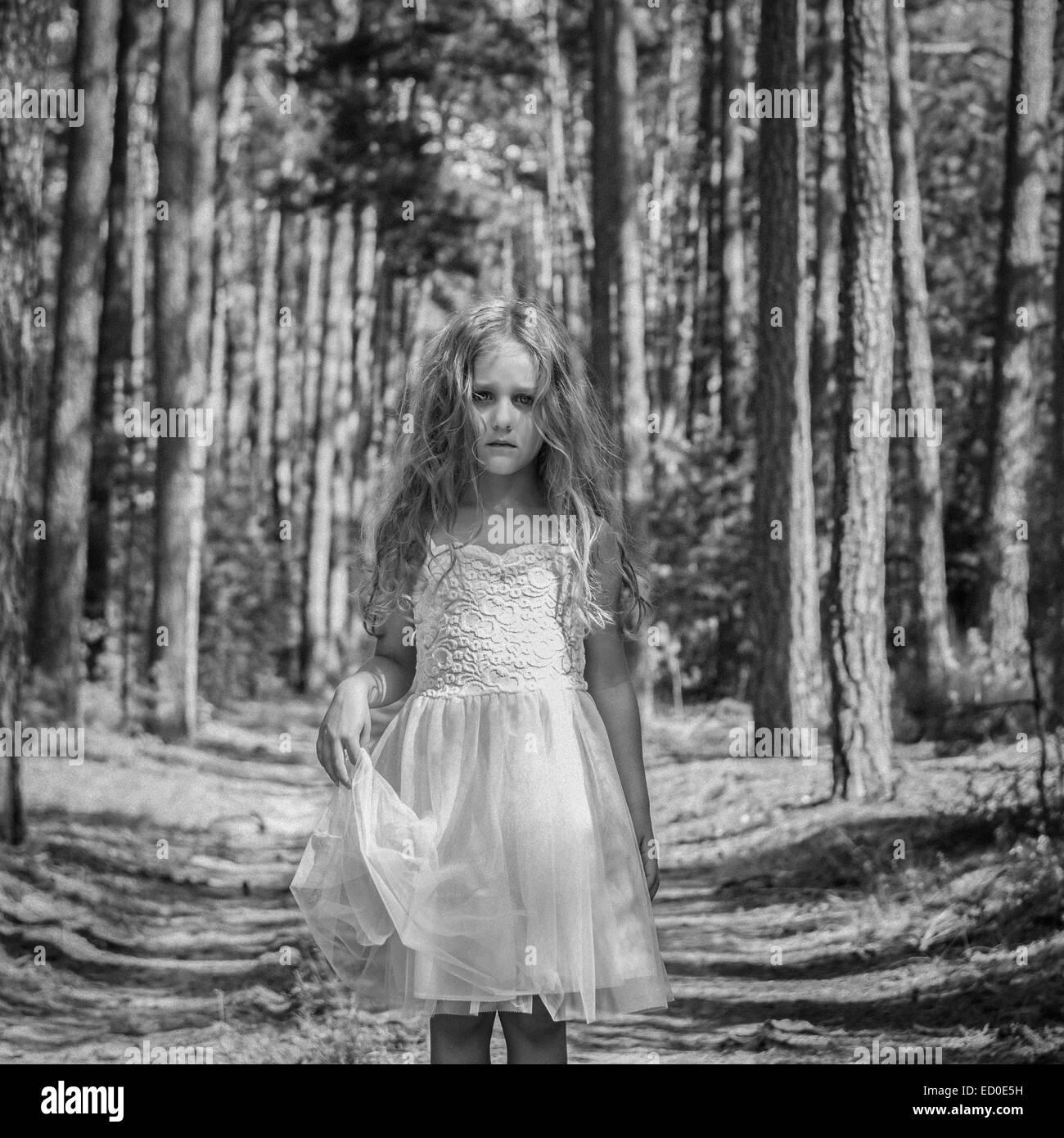 Retrato de niña triste (4-5) en el bosque Imagen De Stock