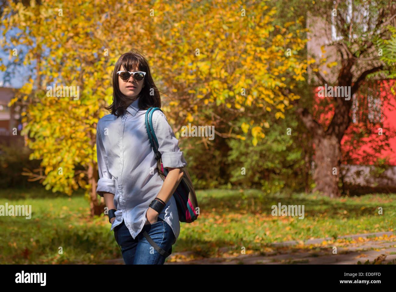 Retrato de mujer joven en el paisaje del otoño Imagen De Stock