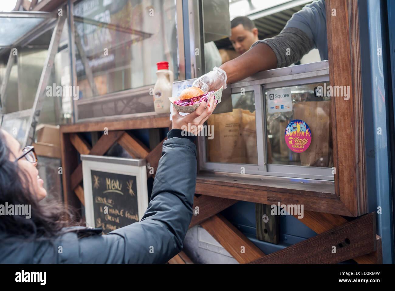 Hordas de foodies cola en la carretilla Snowday en Nueva York el miércoles, 17 de diciembre de 2014 para celebrar Imagen De Stock