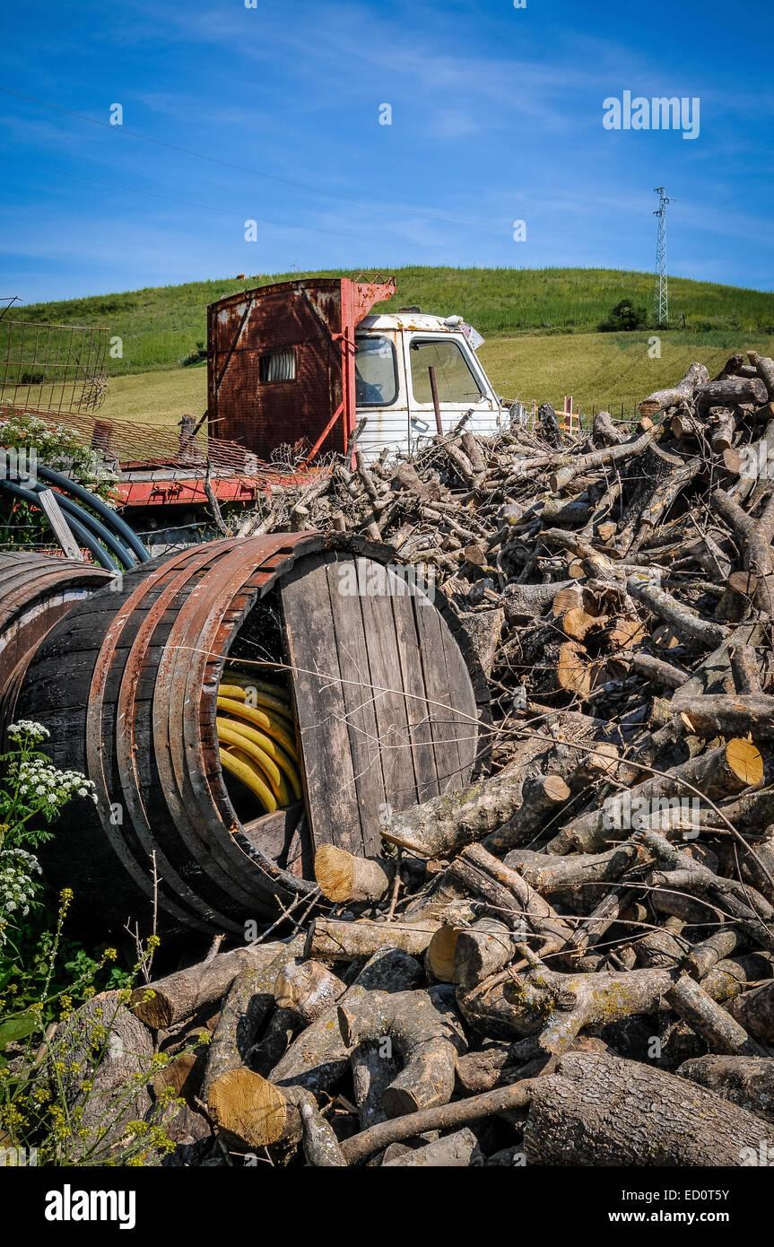 Un montón de cosas inútiles en el fondo de una granja en Andalucía en España Foto de stock