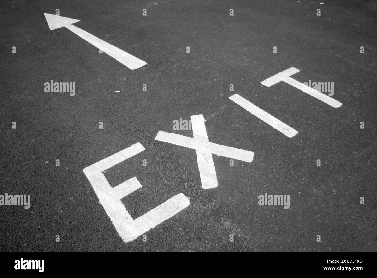 Salida señal pintada en negro asfalto Foto de stock