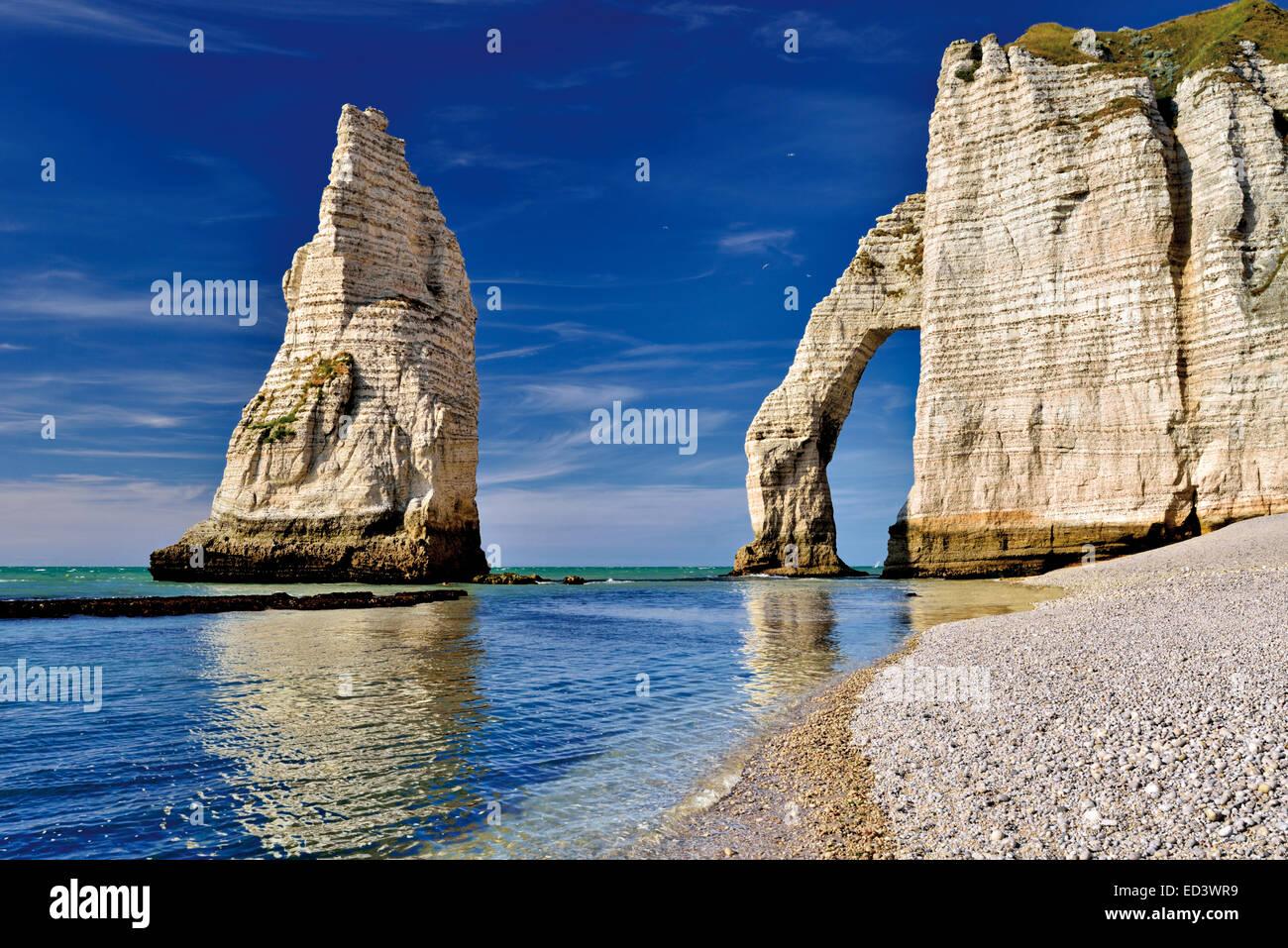 Francia, Normandía: Piedras y arcos en la boca L'aval en la costa de Etretát Foto de stock