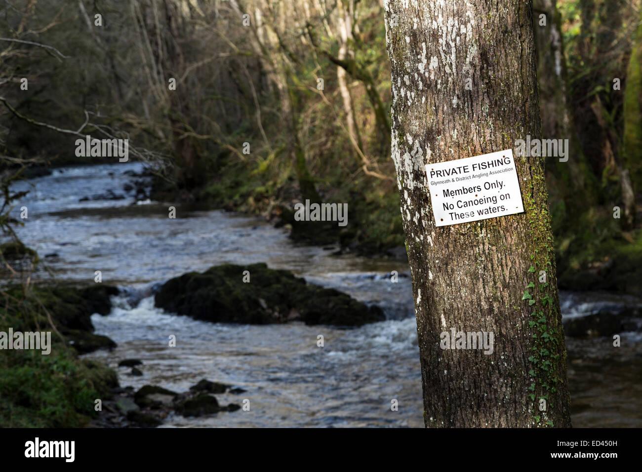 No privado de pesca piragüismo por el río signo en cascadas a pie, Pontneddfechan, Wales, REINO UNIDO Imagen De Stock