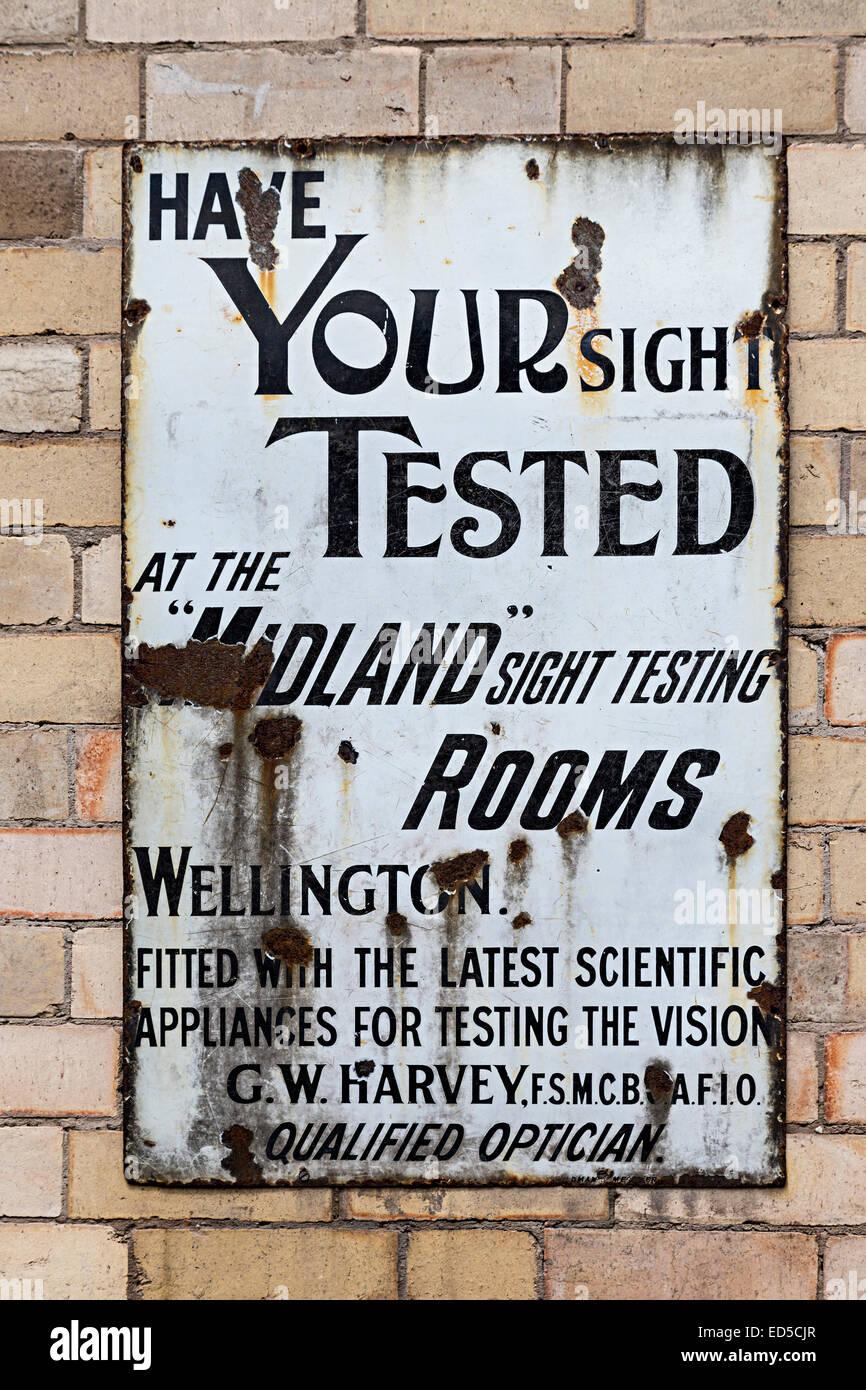 Óptico's Publicidad signo de vista pruebas, Blists Hill, victorianas Ironbridge, Shropshire, Inglaterra, Imagen De Stock