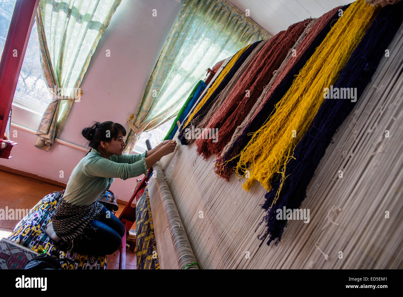 Mujer teje la alfombra de seda con patrón real afganos y 80 nudos ...