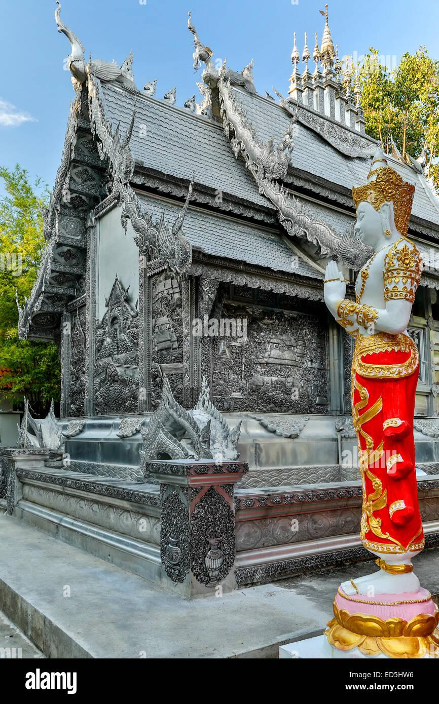 Estatua de Buda y el Wat Sri suplan (templo de plata), Chiang Mai, Tailandia Imagen De Stock