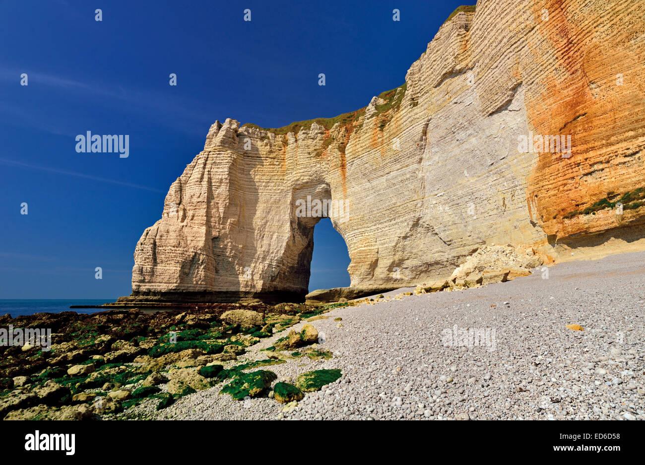 Francia, Normandía: arco de roca y acantilados en playa Etretát Foto de stock