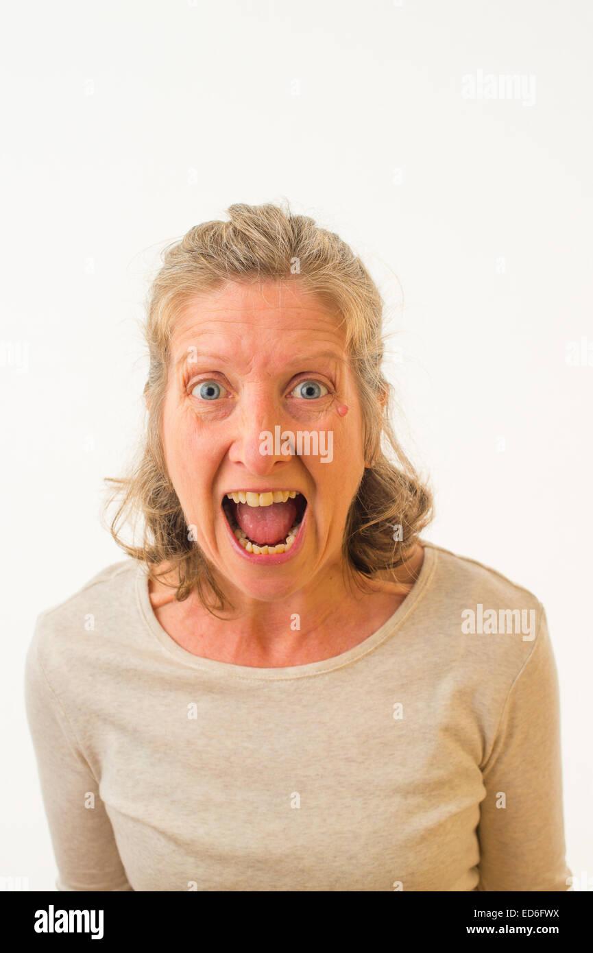 Enojado Un enfurecido furioso frustrado de cuarenta años mujer caucásica contra un fondo blanco. UK Imagen De Stock