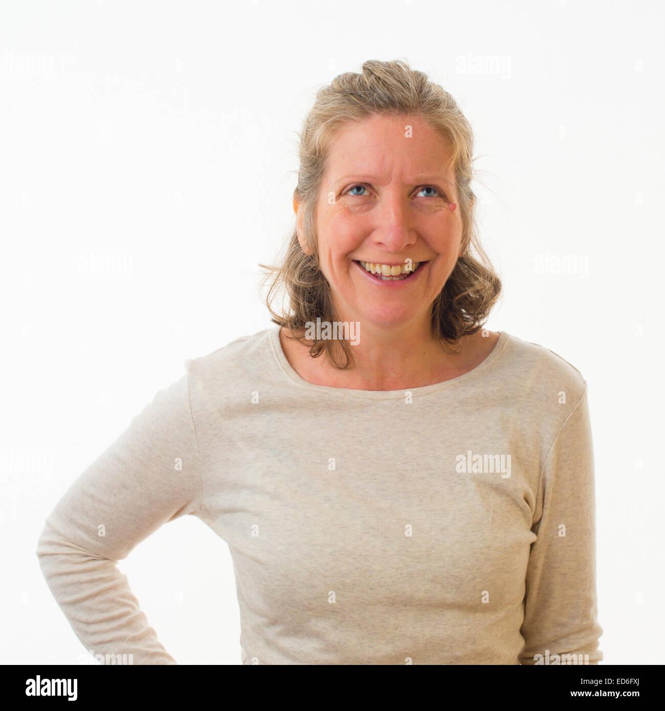 Una feliz mujer caucásica de cuarenta años contra un fondo blanco. UK Imagen De Stock
