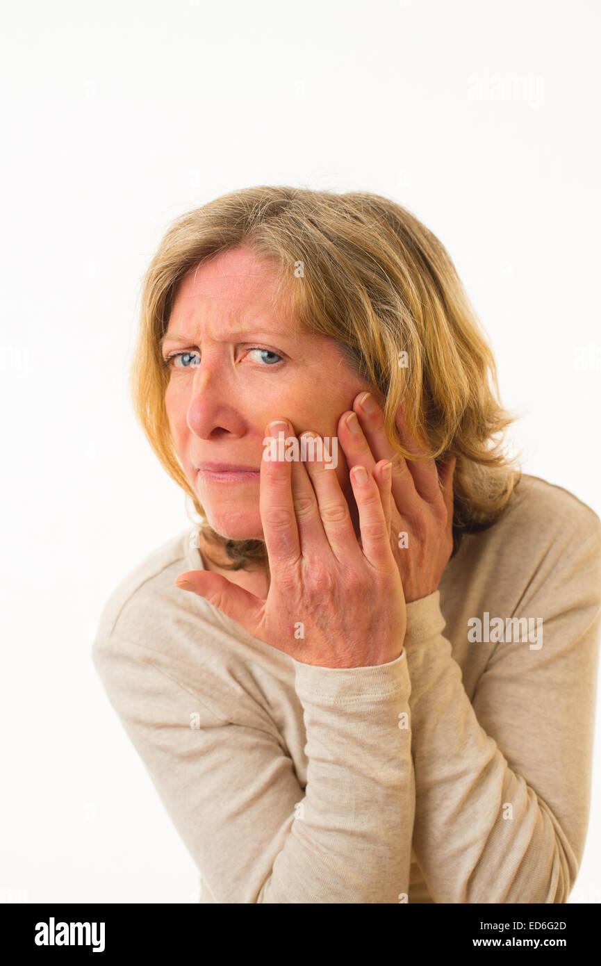La salud preocuparse: un adulto de cuarenta años preocupado preocupado ansiosa mujer caucásica comprobando Imagen De Stock