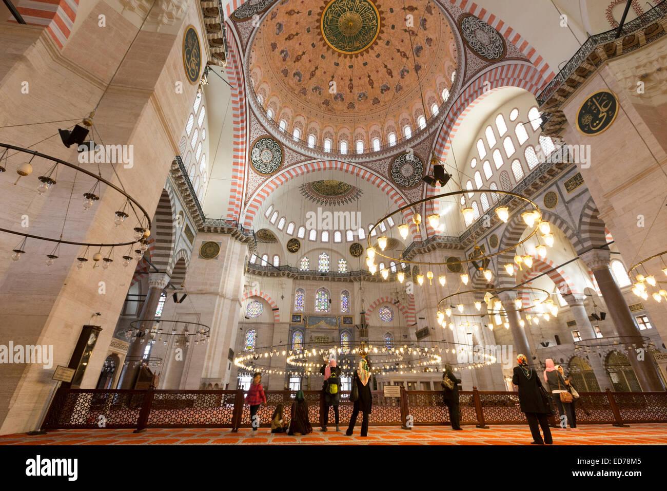 Los turistas usando pañuelos en el interior de la Mezquita Suleymaniye en Estambul, República de Turquía Imagen De Stock