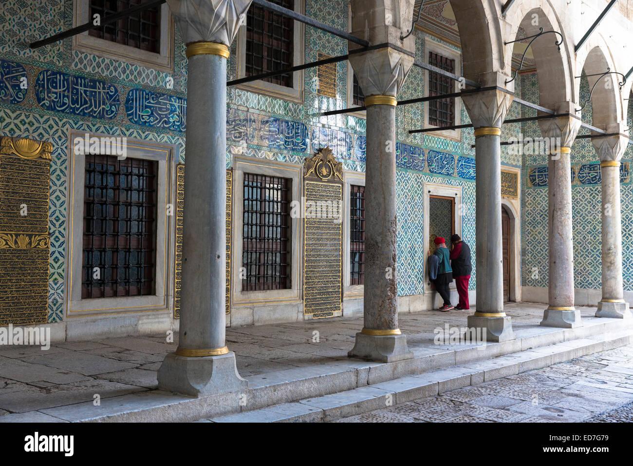 Los turistas ver harén trimestres en el Palacio Topkapi, el Topkapi Sarayi, parte del Imperio Otomano, Estambul, Imagen De Stock