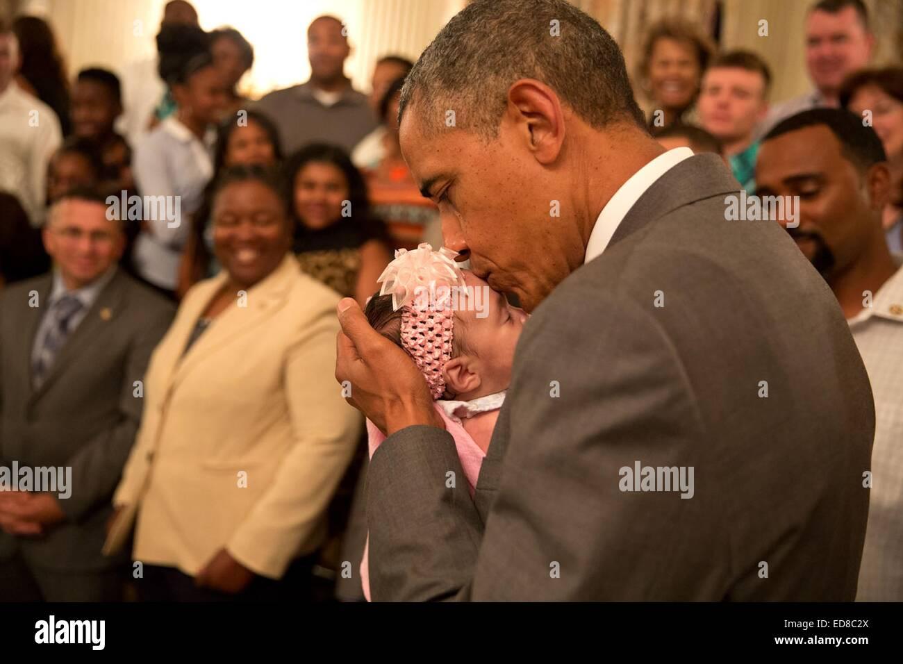 El presidente estadounidense Barack Obama besa a una niña mientras saludaba guerreros heridos y sus familias Imagen De Stock