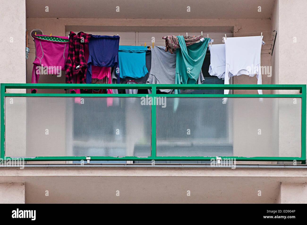 Balcón de un conocido edificio de apartamentos, con servicio de lavandería colgando para secar Imagen De Stock