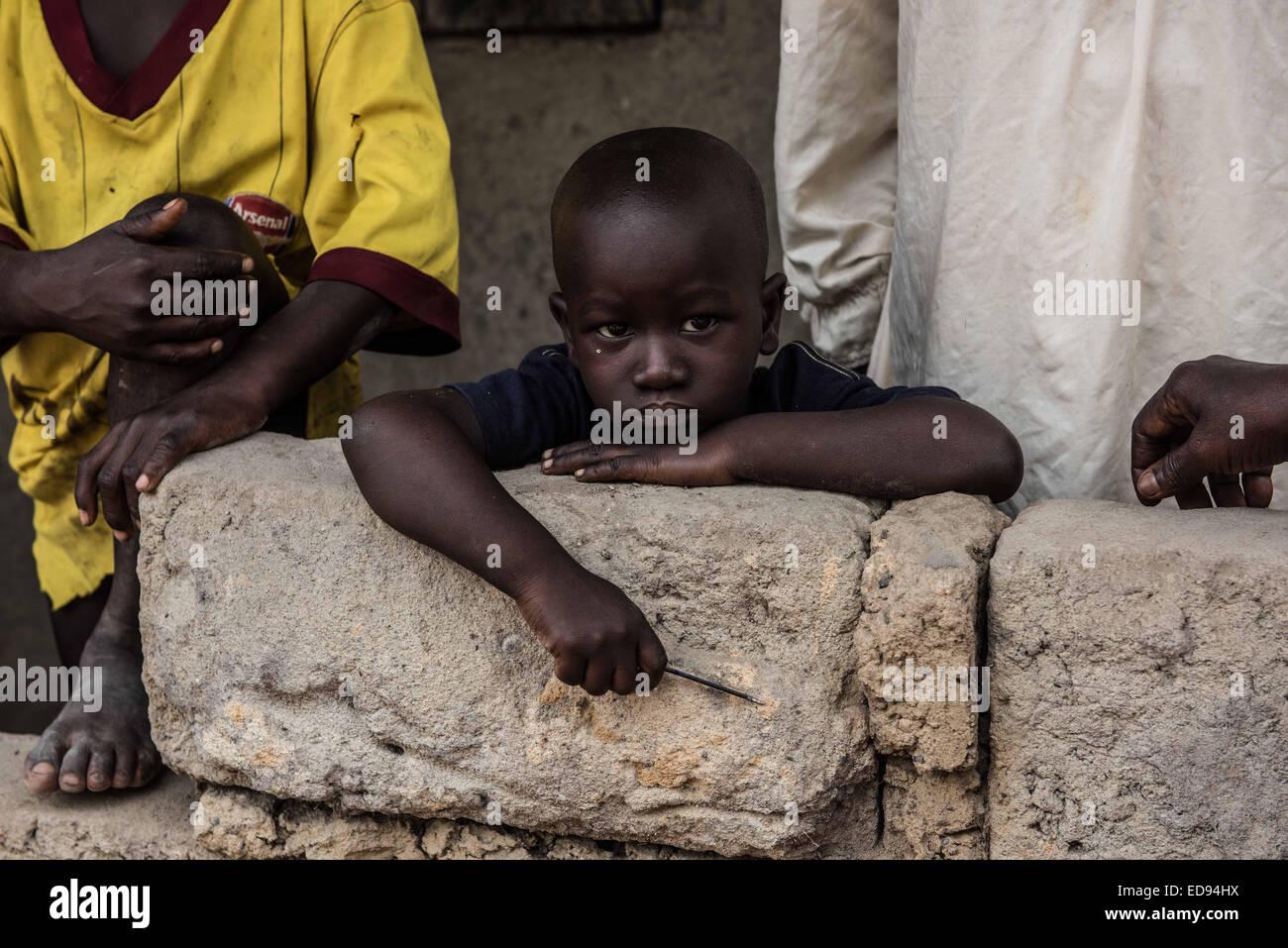 Una familia sospechosa de haber entrado en contacto con el ébola es puesto en cuarentena en Tambiama village. Con el Ébola propagándose a través de las aldeas de los alrededores de Makeni, algunos han conseguido para protegerse a sí mismos, mientras que otros han sido devastadas por el virus. La aldea de Yeli Sanda perdió decenas al virus, mientras que a tan sólo 100 m de la carretera, la vecina aldea Yoni ha evitado por completo. El 28 de noviembre de 2014. Makeni, Sierra Leona. Foto de stock
