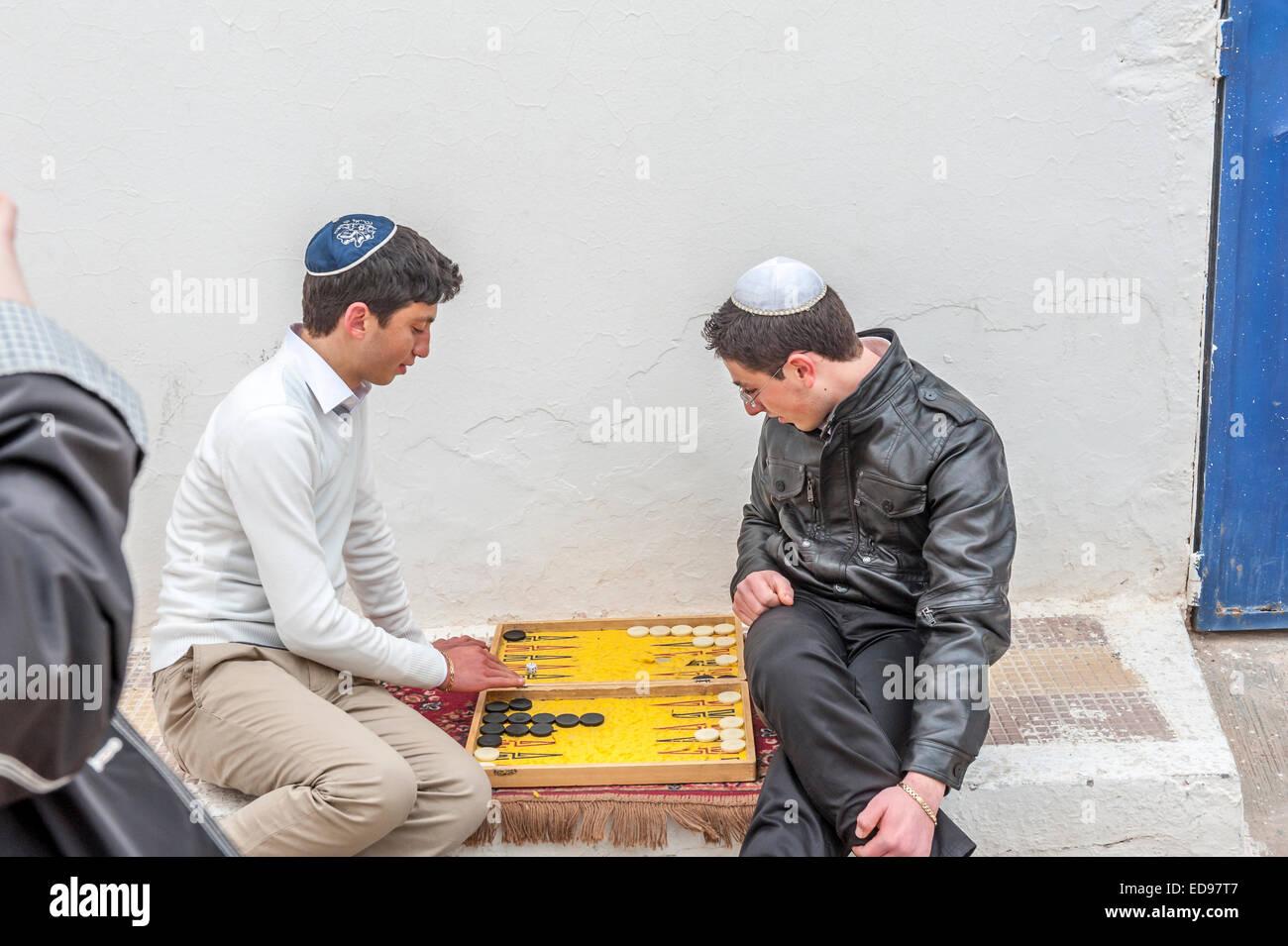 Muchachos judíos jugar backgammon por la sinagoga Ghriba. Hara Seghira. Djerba. Tunsia. África Imagen De Stock