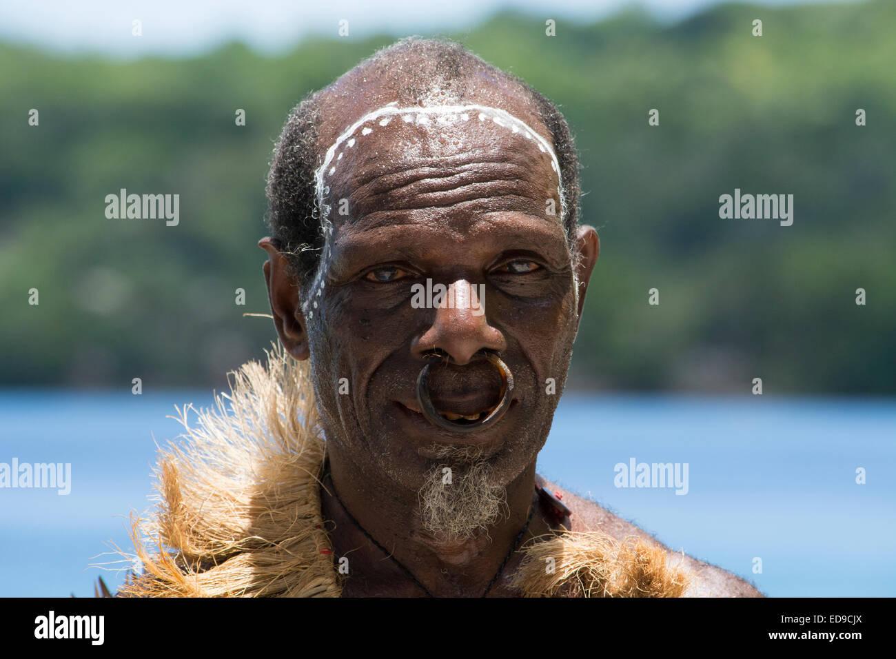 Melanesia, las Islas Salomón, la Isla Santa Cruz, Isla del grupo malo. Retrato de varón anciano del poblado en trajes Foto de stock