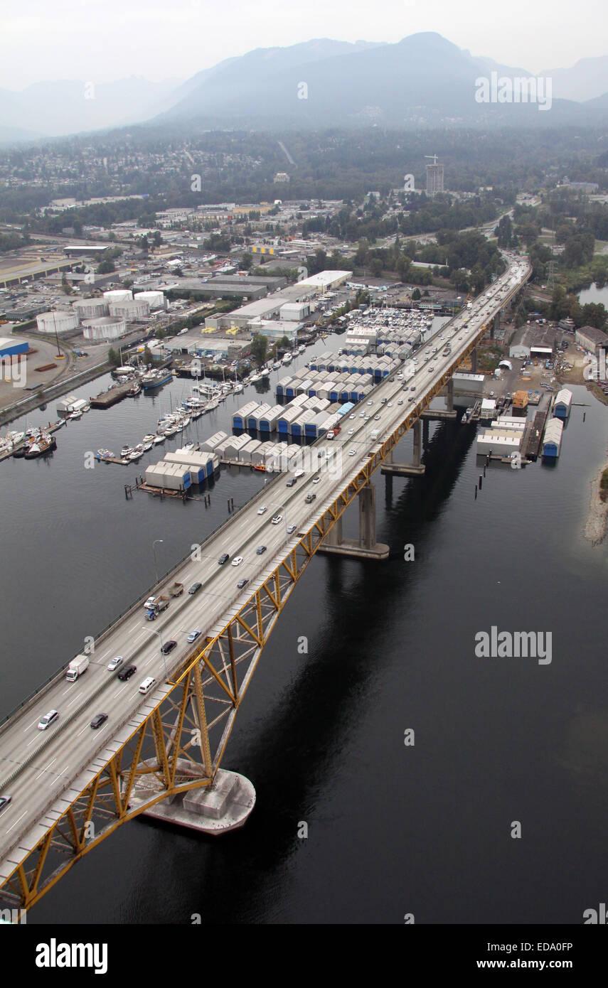 Vista aérea de la plancha los trabajadores Memorial Bridge en el Seymour River en Vancouver, Canadá Imagen De Stock