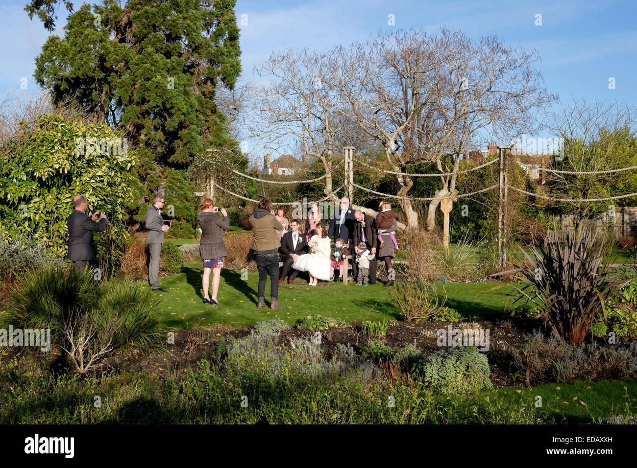 Boda foto llamada en los jardines del palacio episcopal chichester, West Sussex, Inglaterra Imagen De Stock