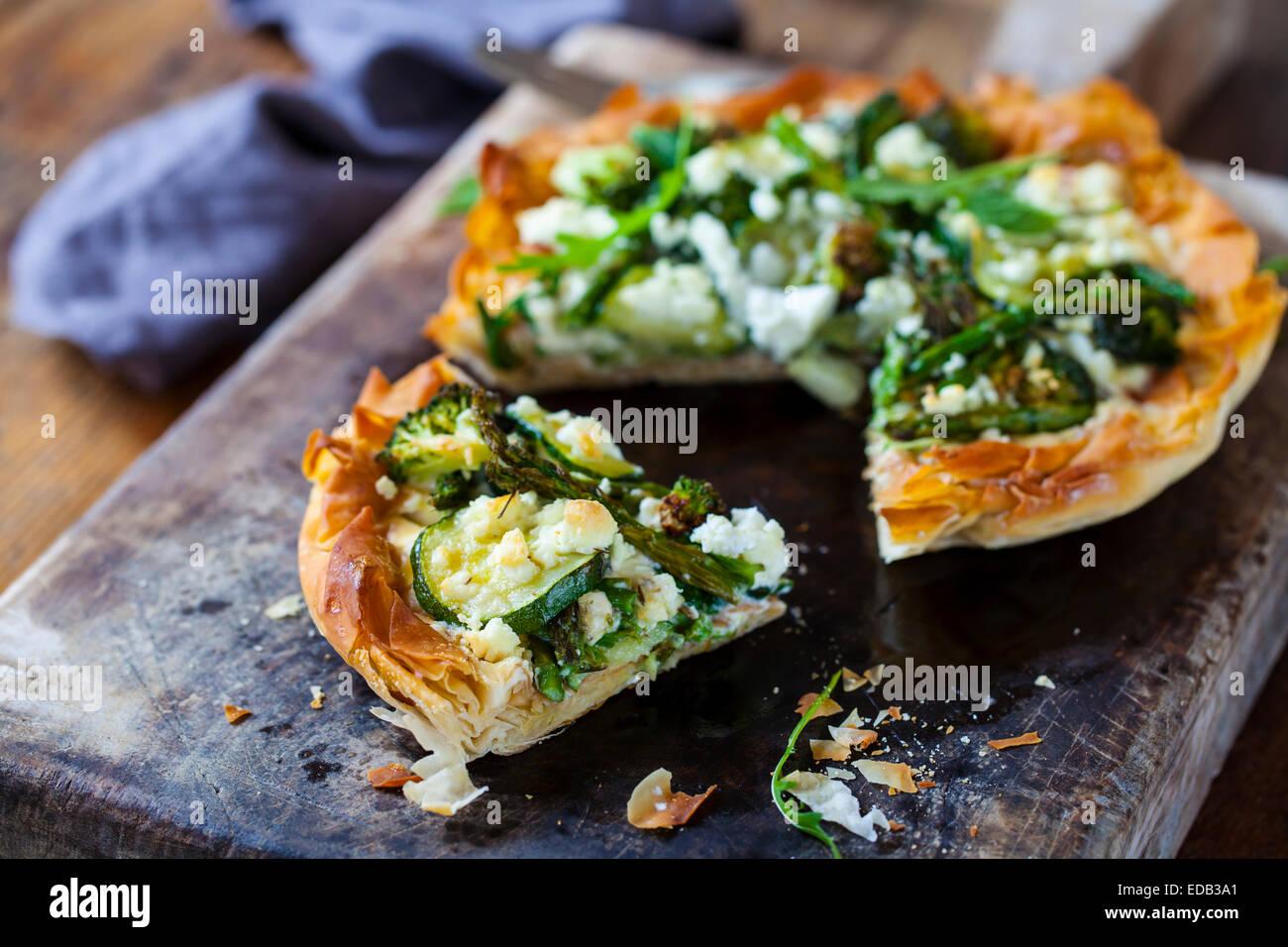 Filo tarta de hojaldre con las verduras asadas Imagen De Stock
