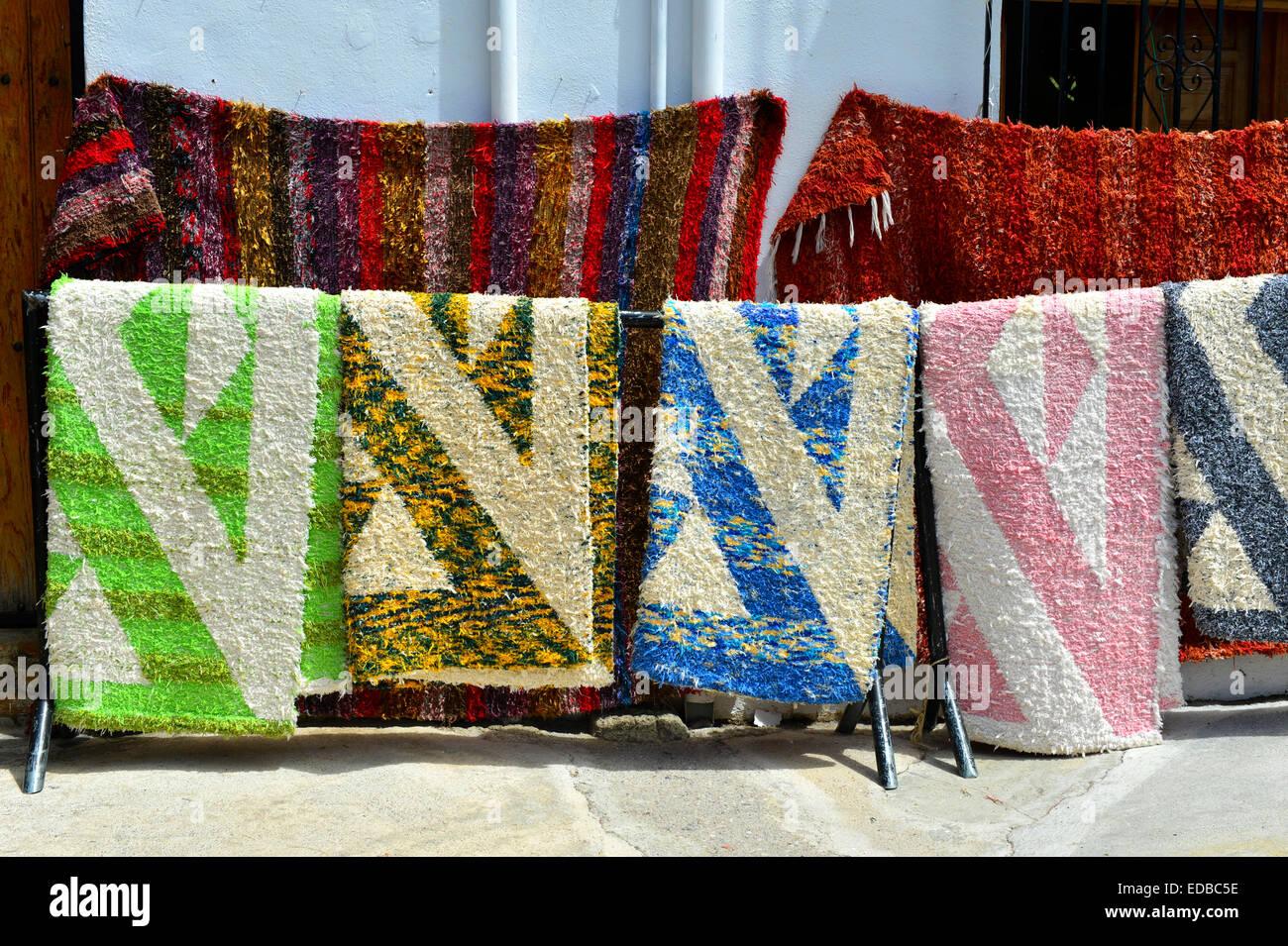 Coloridas alfombras tejidas a mano para la venta for Alfombras artesanales tejidas a mano