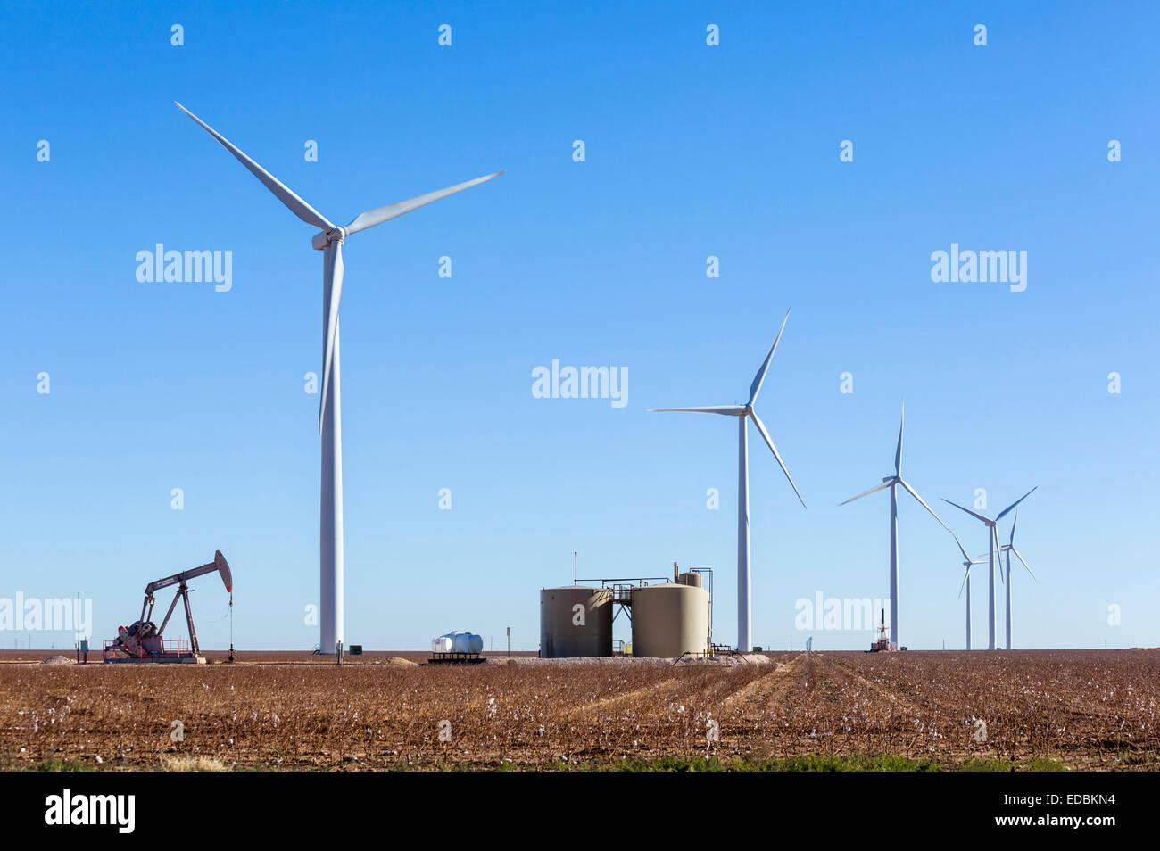 Pozo de petróleo junto a las turbinas eólicas fuera de Midland, Texas, EE.UU. Imagen De Stock