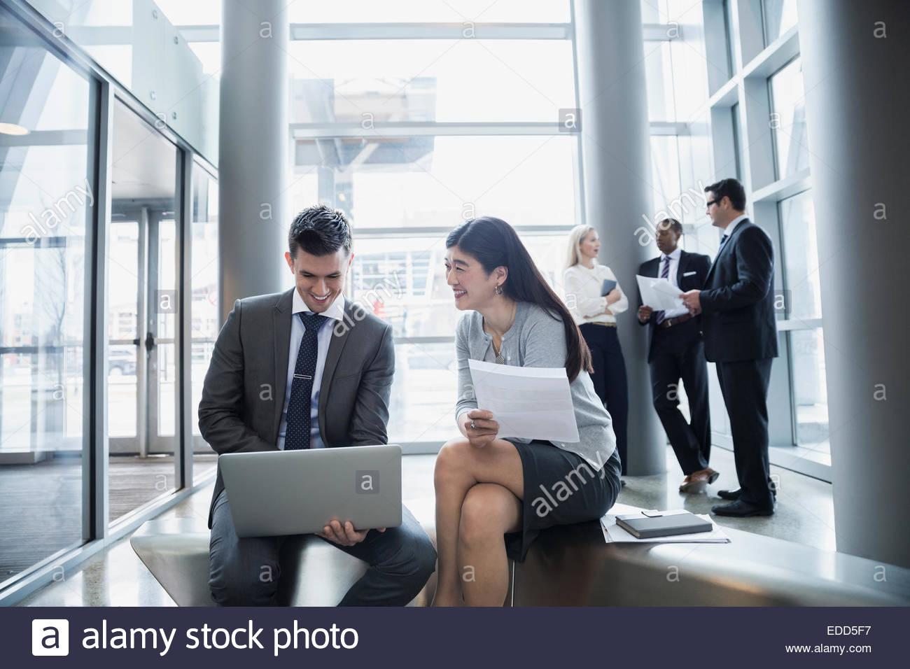 Empresario y empresaria utilización portátil Imagen De Stock