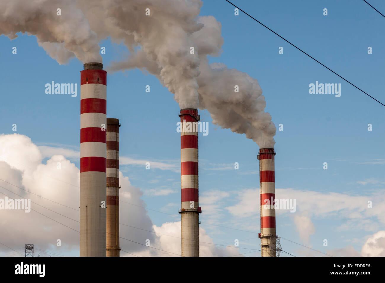 Gran contaminación en la planta de energía de carbón polaco - patnow, Konin, Europa. Imagen De Stock