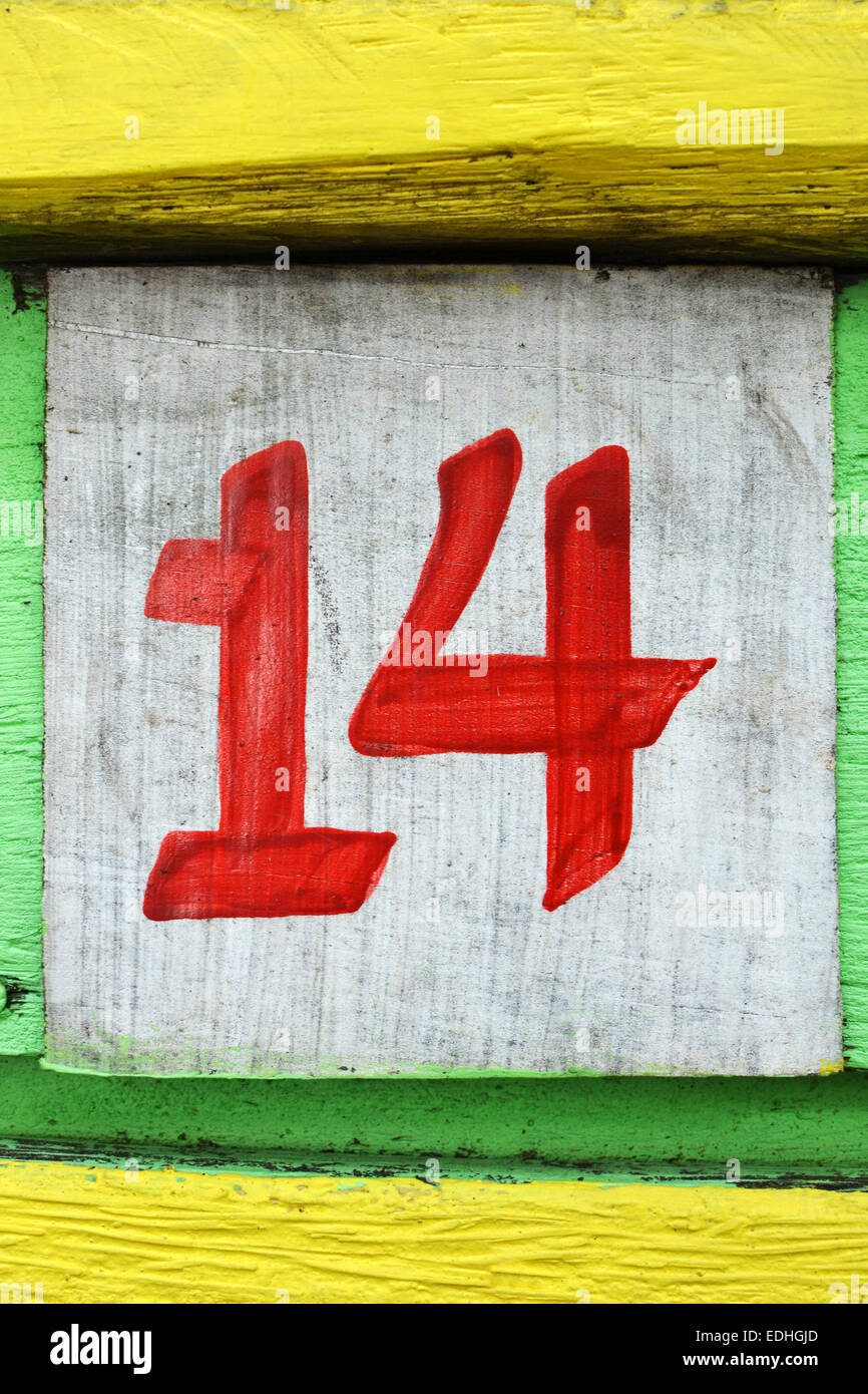 Número catorce pintado sobre un viejo tablero de madera pintada Imagen De Stock